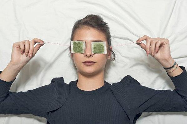 فواید استفاده از چای کیسه ای روی چشم