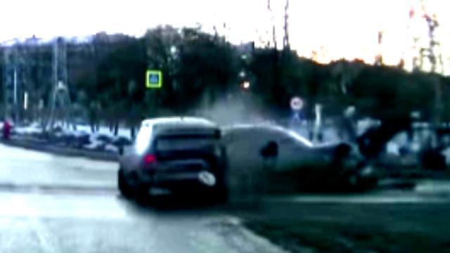 برخورد وحشتناک دو خودرو در یک تقاطع