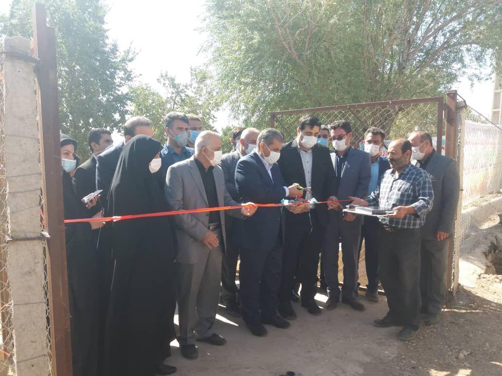 خبرنگاران بهره برداری از یک طرح کشاورزی با حضور استاندار قزوین در تاکستان